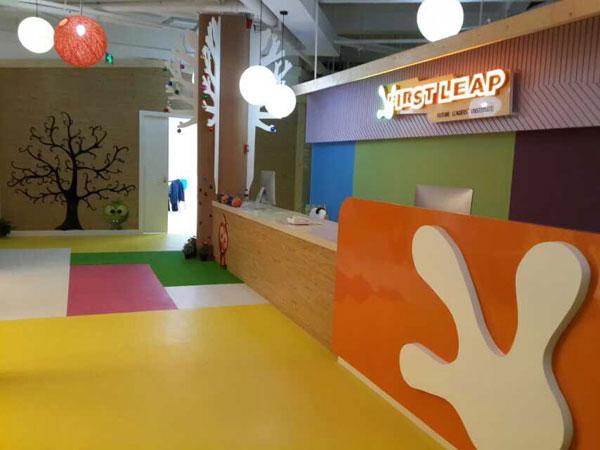 珠海市香洲区励步英语培训中心招聘一名英语外教 单位简介: 励步国际儿童英语(First Leap)总部位于北京,是中国十佳少儿英语品牌,隶属于国内第二大教育集团、美国上市公司好未来教育集团,是中国高端儿童国际教育领军品牌。 励步专注于为2-15岁青少儿提供顺应全球化趋势的,集语言、逻辑、自然学科、艺术等十大学科为一体的专业国际课程,目前在国内三十个城市开设了近七十家分校。励步官方网址:www.